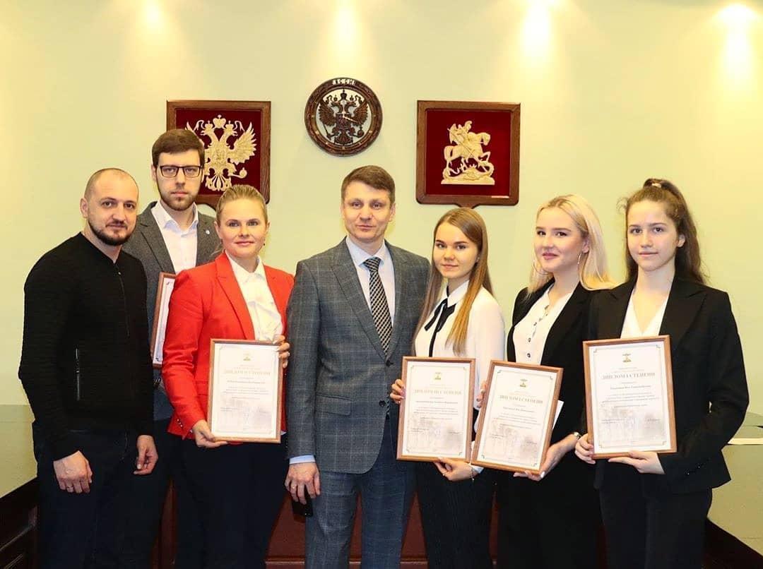 Сегодня в Администрации г.Шахты прошла торжественная процедура награждения победителей муниципального конкурса социальных проектов.